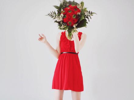 Девушка с красным букетом