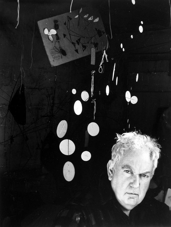 Арнольд Ньюман. Александр Колдер, скульптор, график, Вудбери, Коннектикут, 1957