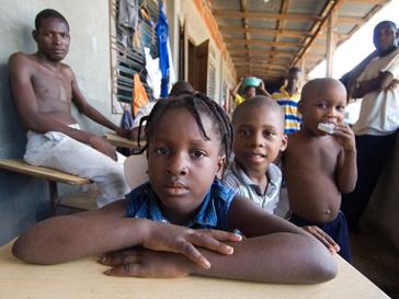 Дети из пострадавших регионов Гаити