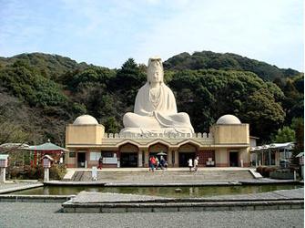 Статуя богини милосердия Риозен-Каннон установлена у подножия покрытых зеленью восточных гор Киото.
