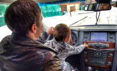 Милота дня: Алексей Чадов учит сына водить машину