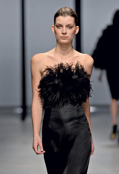 Шелковое платье с перьями.