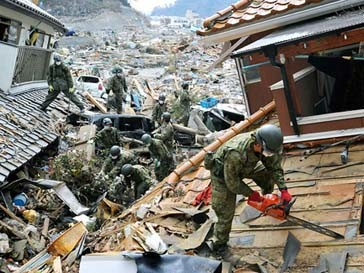 Спасатели в Японии ищут людей под завалами