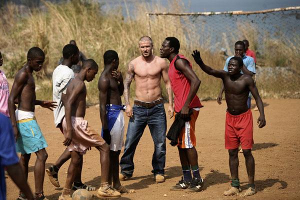 Дэвид Бекхэм в Сьерра-Леоне в 2008 году