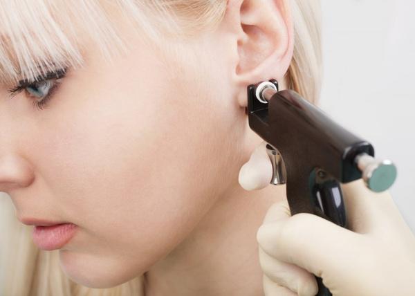 Как снимать серьги гвоздики медицинские