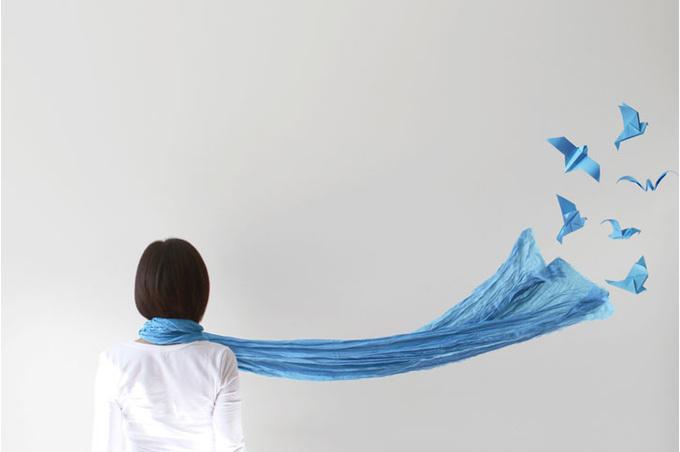 Женщина с синим шарфом
