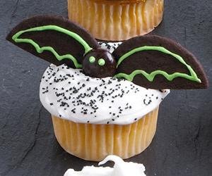 Летучая мышь. Из тонкой плитки горького шоколада вырезать два полукруга для крыльев, тело сделать из драже m&m's и посадить мышь на «облако» из взбитых сливок.