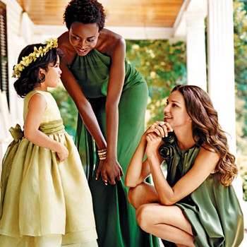 Платья оттенков зеленого цвета: светло-оливковое, травяное, изумрудное.