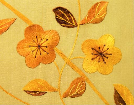 Сюжетами для ручной вышивки становятся растения, бабочки, птицы. Коллекция Cherry Blossom (Fromental)