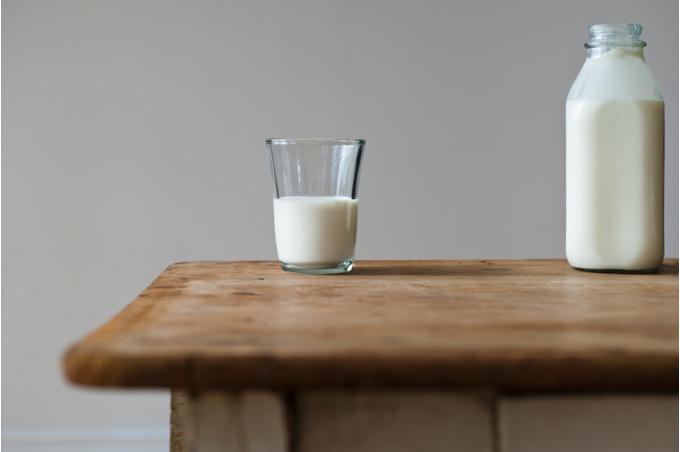 Стол и стакан с молоком