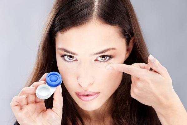 Надевать контактные линзы