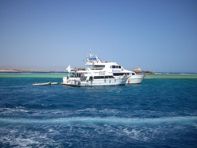 На этой белой яхте можно прокатиться с ветерком