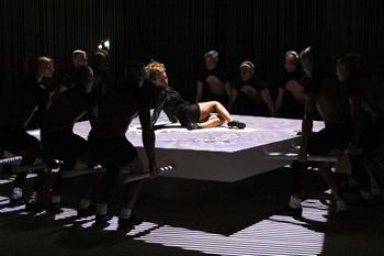 Основные движения Кайли выполняет на подсвечивающемся полу или блоках, поддерживающихся группой танцоров.