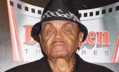 Отец Майкла Джексона винит в смерти сына его мать