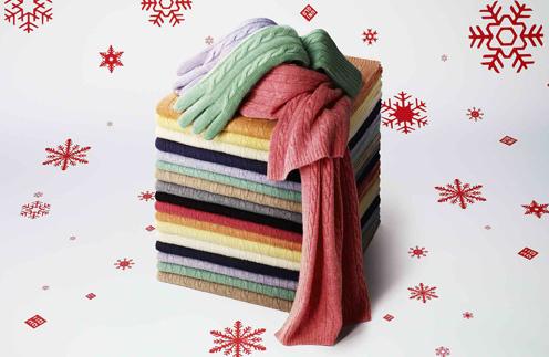 Теплые кашемировые шарфы и береты Uniqlo во время праздничной акции будут стоить всего 699 рублей, а кашемировые шарфы из той же коллекции - 999 рублей