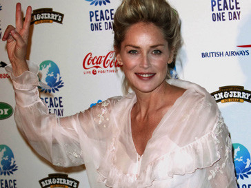 Шэрон Стоун (Sharon Stone) разделась в салоне красоты