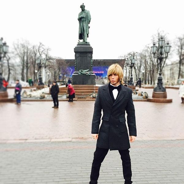 Сергей Зверев читает стихи на Пушкинской площади