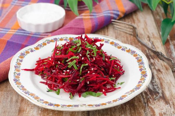 Салат из свежей свеклы