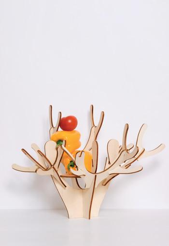 Блюдо-раскладушка Arbre, прессованная фанера, domestic.fr, € 45. Создание знаменитой Матали Крассе, дерево из березовой фанеры - подарок из разряда «сделай сам». Оригинальное украшение и по совместительству ваза для фруктов, подставка для бижутерии и д