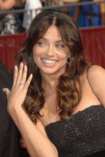 Лима демонстрирует обручальное кольцо