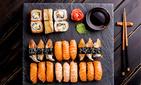 Смотрим: суши-модель закидала роллами гостя