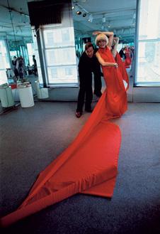 Хальстон драпирует ткань прямо на актрисе Кэролл Ченнинг, 1977 год.