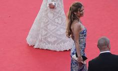 Боня появилась в Каннах в платье под гжель
