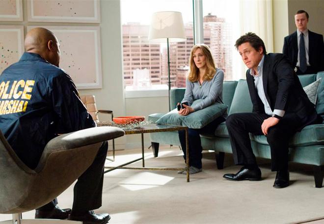 Кадр из фильма. Полиция сообщает Полу и Мэрил о том, что они вынуждены отправиться в провинцию, пока преступник, которого они увидели, на свободе.