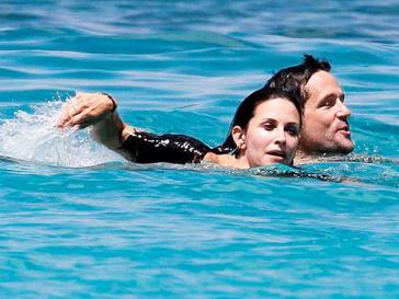 Кортни Кокс (Courteney Cox) плавает с Джошем Хопкинсом (Josh Hopkins)