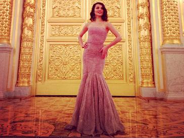 Сати Казанова примерила роскошный розовый наряд