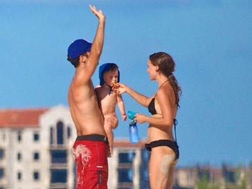 Натали Портман (Natalie Portman) и Бенжамин Мельпье (Benjamin Millepied) с сыном