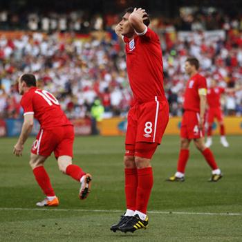 Ужас на лице Фрэнка Лэмпарда, который понял, что из-за ошибки судьи его мяч в ворота немцев не будет засчитан.