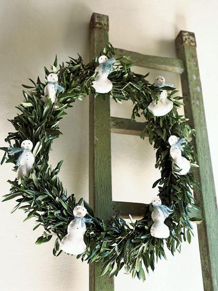 Традиционные шишки и ягоды заменят снеговики из валяного войлока в мятно-зеленых шарфах.