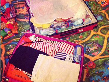 Анфиса Чехова пакует чемоданы.