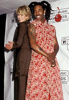 Для нас до сих пор загадка, почему в 1997 году Busta Rhymes пришел на церемонию в халате