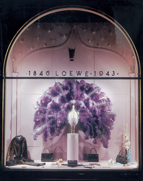 С 1945 по 1978 гг. витрины бутиков Loewe оформлял легендарный арт-директор бренда Хосе Перес де Розес, каждую из них превращая в шедевр.