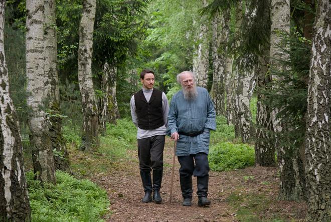 Толстой полюбил Булгакова (Джеймс Макэвой) за искренность, хотя и посмеивался над его наивностью.