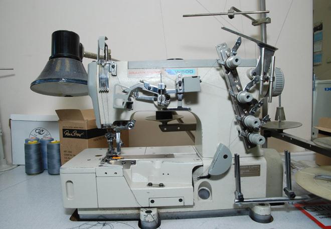 Современные машинки помогают сотрудницам мастерской в работе.
