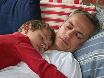 Отец и сын во время сна
