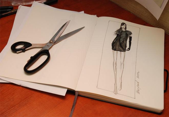 Дизайнер тщательно прорабатывает эскизы, прорисовывая каждую деталь.