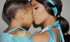Кардашьян показала грудь в костюме принцессы Жасмин
