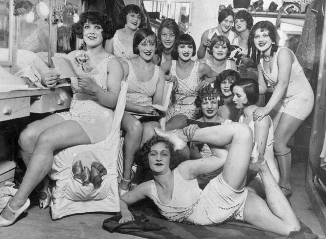 1924. Девушкам разрешили остричь волосы и надеть короткие панталоны.