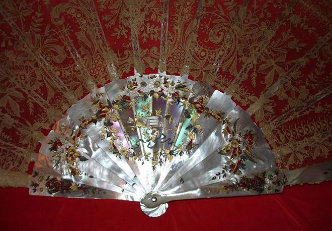 Примерно 1800 год. Веер, декорированный перламутром.