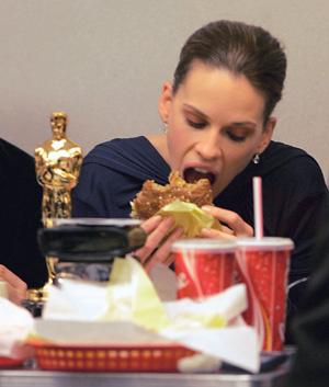 Хилари Суонк с биг-маком и «Оскаром».