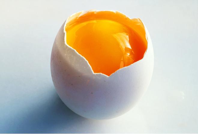 Полезно ли употреблять сырые куриные яйца