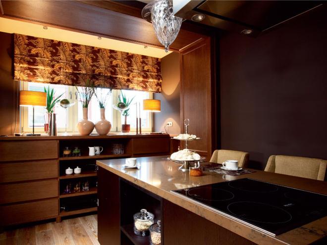 Кухня. За счет присоединения лоджии на кухне образовалось место для дополнительного шкафа — его изготовили на заказ точно вуровень подоконника. Римская штора, Jim Thompson.