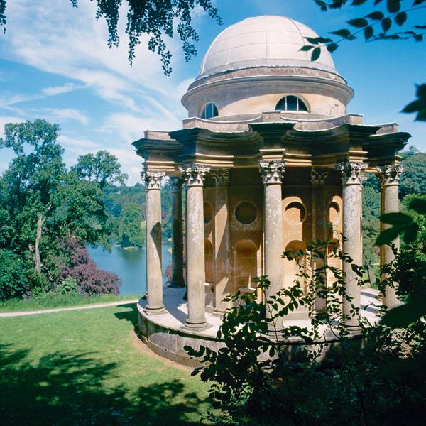 Храм Аполлона (1740 ) в парке Стоурхэд в английском Уилтшире.