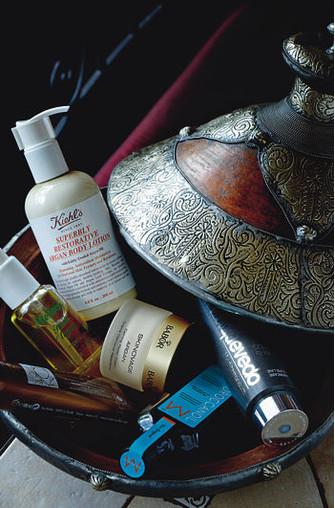 Cредства для ухода за кожей и волосами с аргановым маслом (по часовой стрелке): антивозрастной шампунь Platinum & Diamonds, MIRIAMQUEVEDO; восстанавливающее масло для волос, MOROCCANOIL; восстанавливающий успокаивающий крем для чувствительной кожи Skinovage Argan, BABOR; маска для лица и волос Tradition de Hammam, YVES ROCHER; аргановое масло Huile d'Argan, MELVITA; лосьон для тела Superbly Restorative Argan Body Lotion, KIEHL'S.