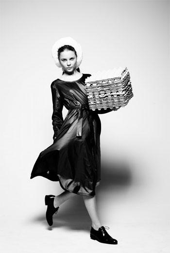 MAYA BASH «Это платье формой продолжает концепцию всей коллекции 2010-11 под названием «KIDULT» – термин, который означает «взрослые, сохранившие детские увлечения», в общем-то, это про наше поколение. Для его создания я отошла от простых материалов и впервые использовала высокотехнологичную ткань, которая состоит из 90% тенсела и 10% нейлона. Платье получилось удивительно легким, пропускающим воздух, а цвет переливающимся. Новые начинания – в Новый год». МАЙЯ БАШ