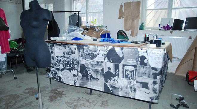 Одно из самых главных мест мастерской - стол для закройки. Он располагается сразу же перед любимым местом Даши - небольшой зоной чил-аута с красным кожаным диваном.